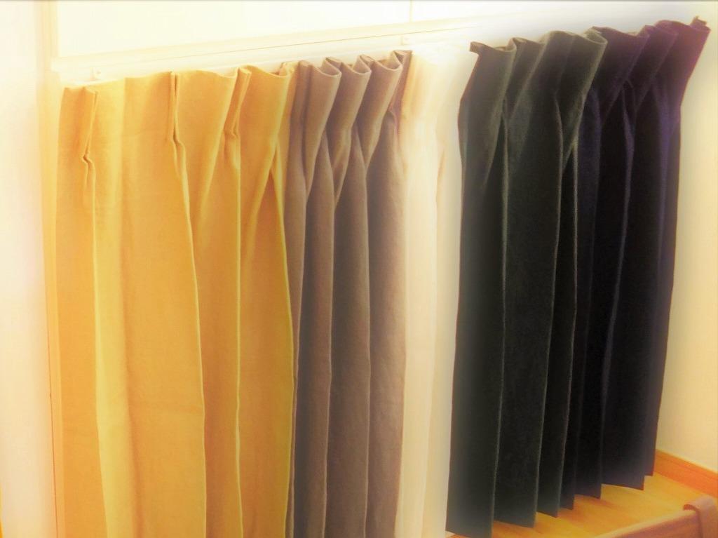 住宅ショールームに設置した目隠し兼展示用のnatsusobikuブランドの麻のカーテンの人気色
